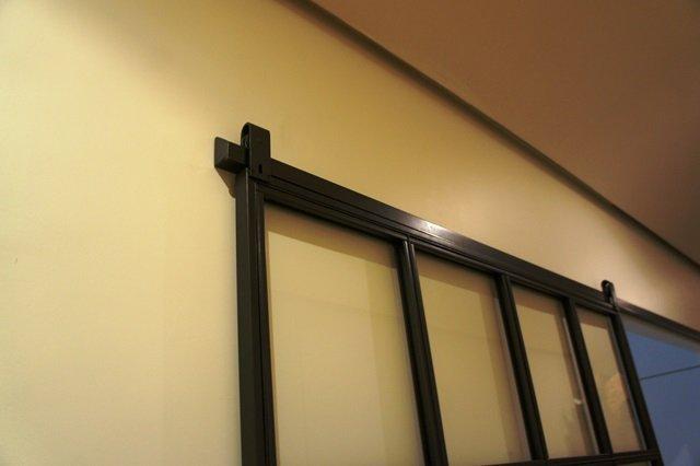 Porte coulissante atelier d 39 artiste vitr e et en acier 1 - Verriere avec porte coulissante ...