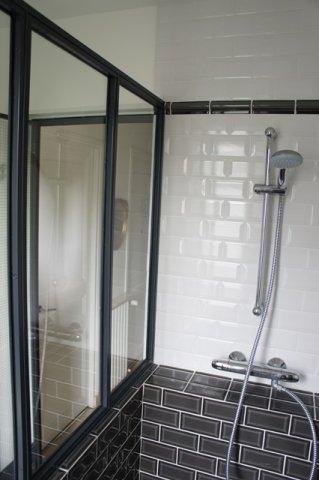 Une verri re atelier d 39 artiste en acier inxoyadable pour for Ou acheter une salle de bain