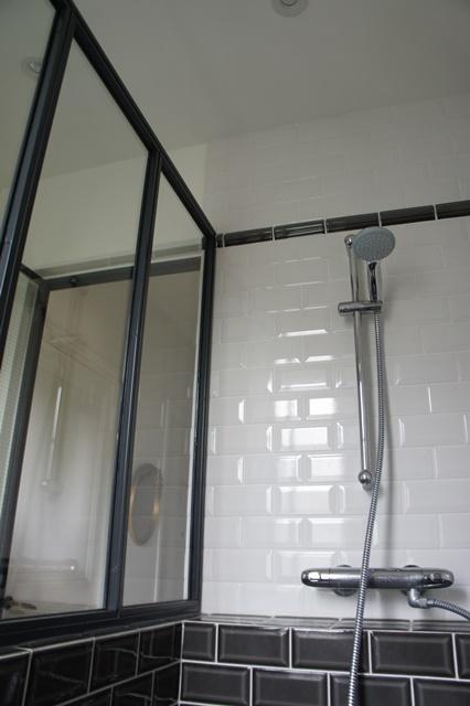 Une verri re atelier d 39 artiste en acier inxoyadable pour for Verriere pour salle de bain