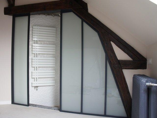 Une verri re sous les combles d 39 un toit en pente ou mansard for Fenetre interieure dans cloison