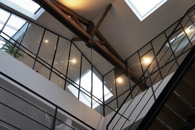 une verri re sous les combles d 39 un toit en pente ou mansard. Black Bedroom Furniture Sets. Home Design Ideas